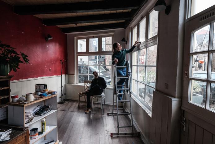 Nienke de Jong en Arvid Ehlert uit Doesburg knappen het oude pand van horecagelegenheid Caldo e Freddo op en openen daar volgende maand een winkeltje met streekproducten.
