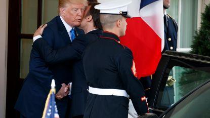 Macron overklast Trumps dominante handdruk met twee kussen