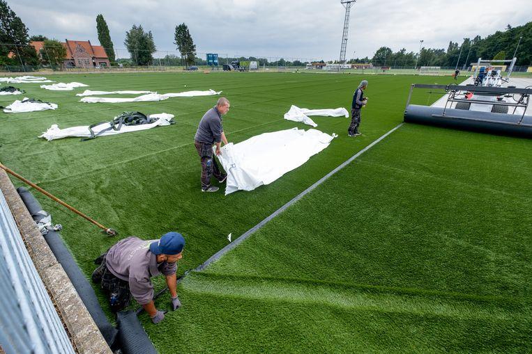 De aanleg van een kunstgrasveld, hier op de oefenterreinen van Lierse Kempenzonen in Kessel vorig jaar.