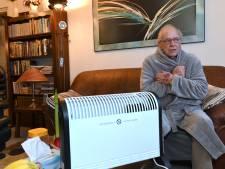 De verwarming is stuk daarom zitten bewoners met winterjas aan en muts op in huis