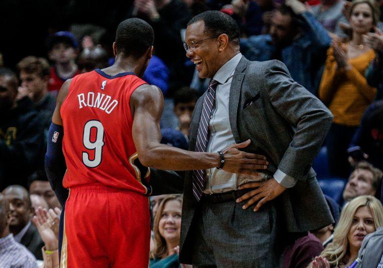 New Orleans Pelicans-coach Alvin Gentry met felicitaties voor guard Rajon Rondo (9).