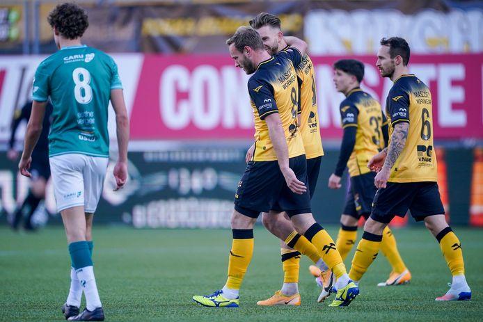 Excelsior-middenvelder Mats Wieffer (8) baalt nadat aanvaller Niek Vossebelt Roda JC op 2-1 heeft gezet.