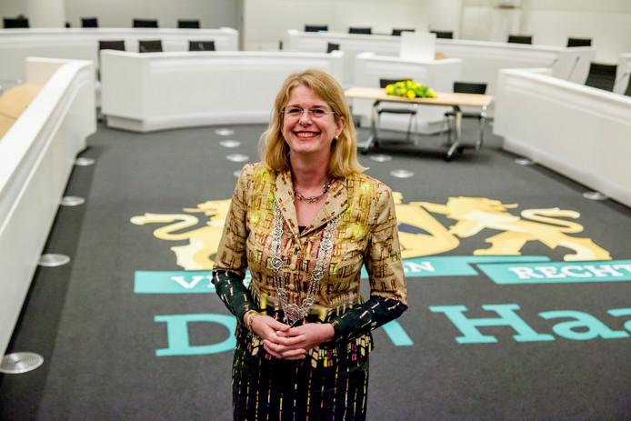 Eindelijk kreeg Pauline Krikke vanmiddag de Haagse ambtsketen omgehangen.
