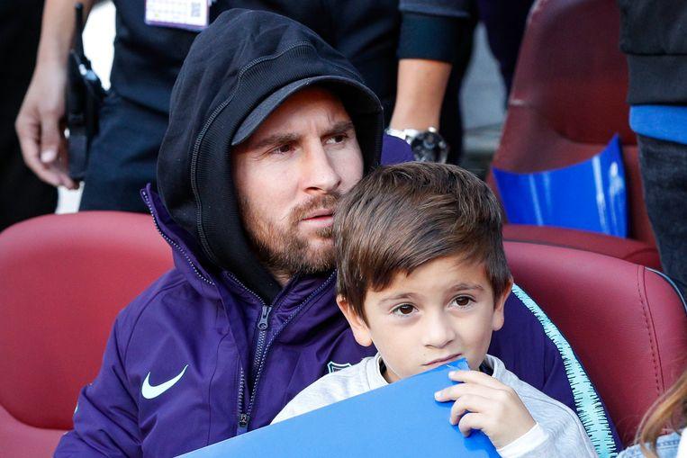 Messi met zijn oudste zoon Thiago (6) in de tribunes van Camp Nou voor de kraker tegen Real Madrid.