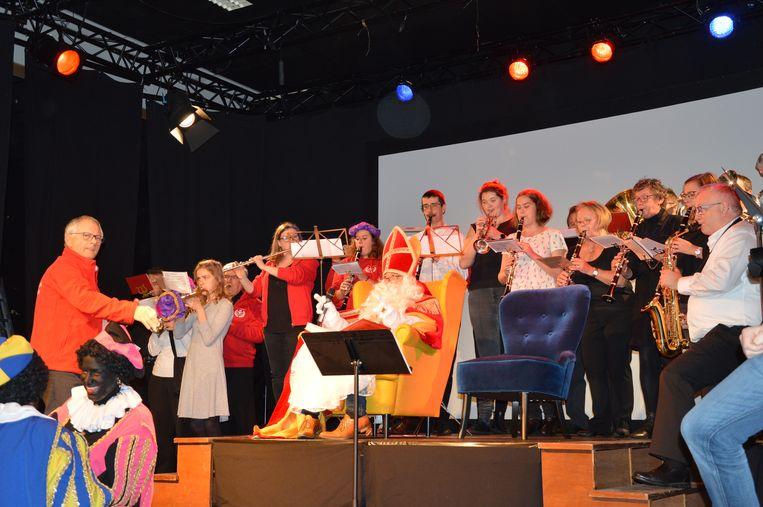 Na zijn aankomst mocht Sinterklaas plaats nemen in zaal Den Breughel. Hamonie De Dendergalm zorgde voor muziek.