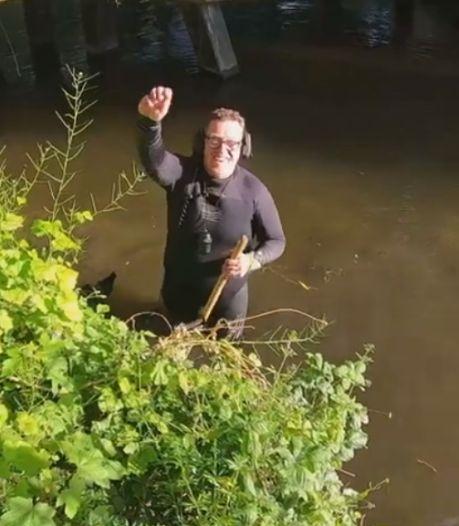 Roy verloor drie jaar geleden zijn trouwring in het water, dankzij een vriend is deze nu gevonden