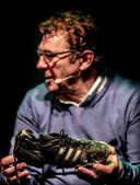 Willem van Hanegem en zijn oude Adidas-schoen.