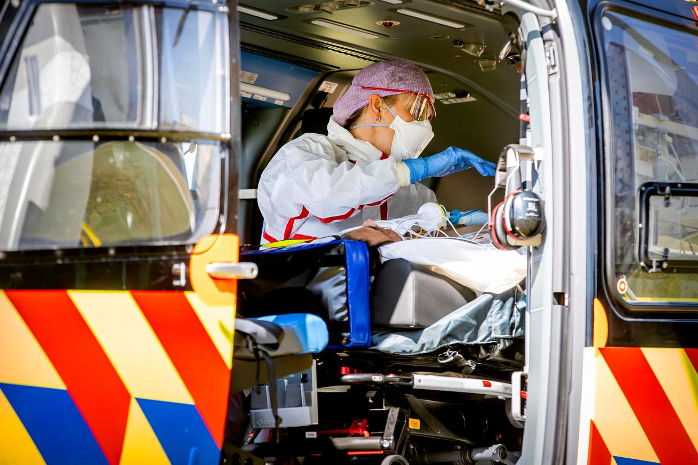 Een coronapatiënt verlaat het Bernhoven ziekenhuis in Uden om per traumahelikopter verplaatst te worden naar het UMCG ziekenhuis in Groningen.  Beeld BSR Agency