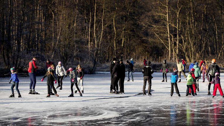 Schaatsers op de Ankeveense Plassen Beeld anp
