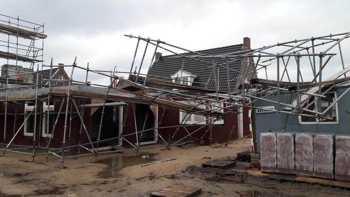 Geen persoonlijk letsel, wel veel schade bij een omgewaaide steiger bij een nieuwbouw in Bornerbroek.