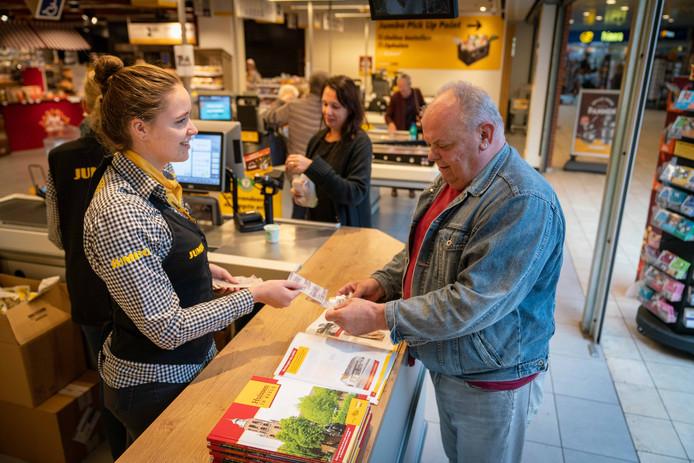 Een klant van de Jumbo in Huissen wordt weer blijgemaakt met nieuwe historische plaatjes.
