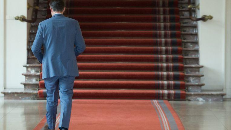Bart De Wever loopt naar zijn kantoor. De grootste winnaar van de Belgische verkiezingen krijgt een week extra Bart om te onderzoeken of er snel een Belgische regering kan worden gevormd. Beeld belga