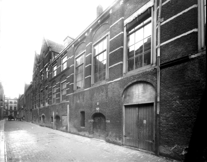 De gevel van de Berckepoort aan de Nieuwstraat is de voorgevel. Een architectonische lintworm. Er zullen in een ver verleden meer puntdaken op het gebouw gestaan hebben. De foto dateert uit de tijd van de sloopplannen in 1910.
