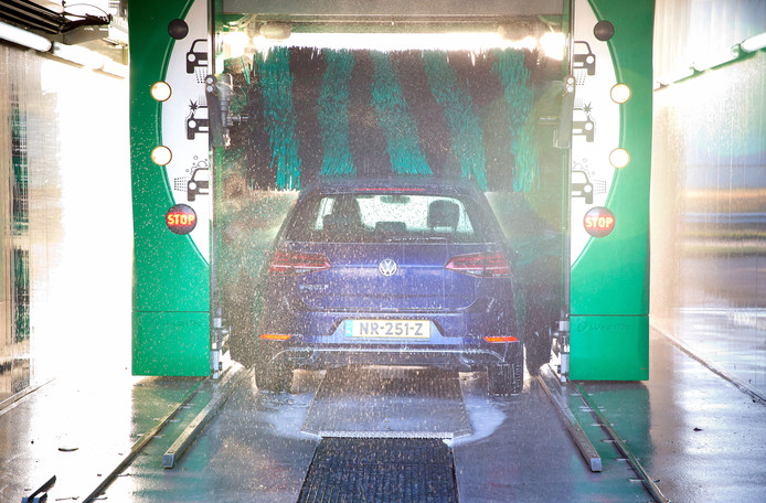 In een zogenoemde roll-over installatie blijft de auto tijdens de wasbeurt stil staan. Dit is het meest voorkomende type.