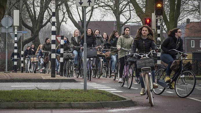 Scholieren op de kruising van de Slotlaan met de Van Oldeneellaan en de Hertogenlaan. Het licht staat maar kort op groen, klagen ze.