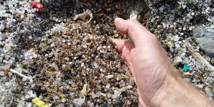 Het lijken net steentjes, maar het zijn plastic korrels waar de omgeving van Ducor vol mee ligt.