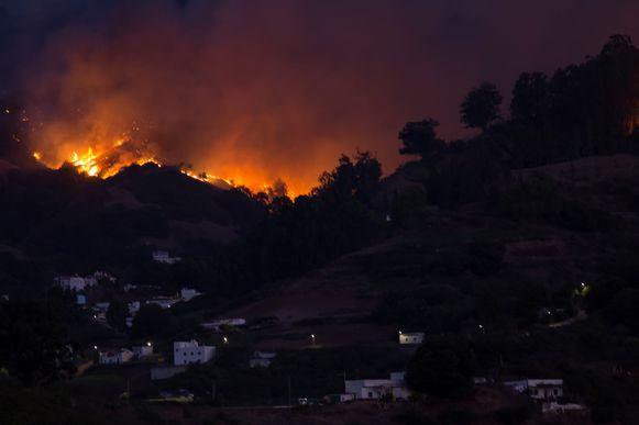 Het vuur bedreigt het dorp Moya op Gran Canaria in Spanje.