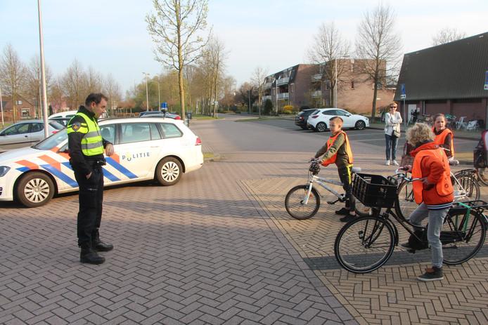 Wijkagent Hergert Menkhorst telt af voor de start van het praktisch verkeersexamen op de parkeerplaats bij de Pickerhal.