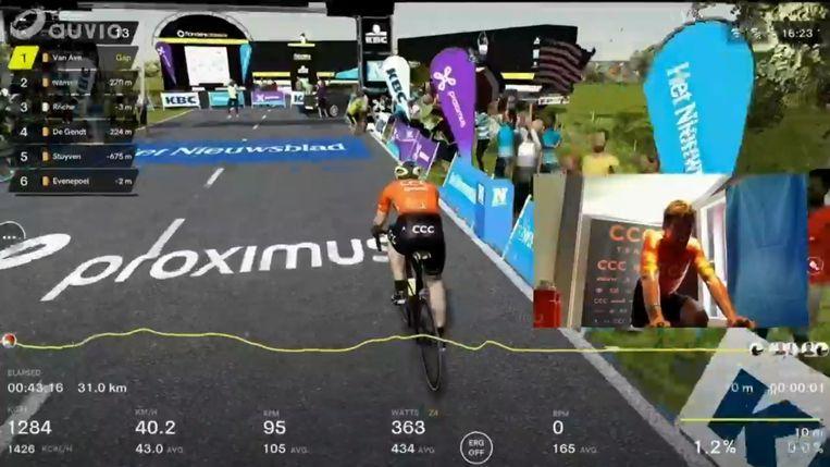 """""""Allez Greg, komaan!"""" klonk het zondag vanuit de commentatorenhoek. Greg Van Avermaet won de eerste virtuele Ronde van Vlaanderen. Beeld  Belga"""
