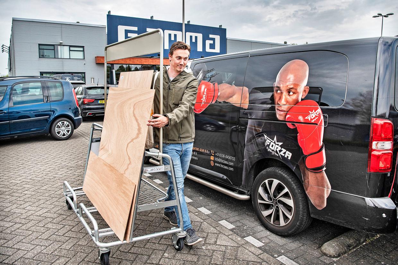 Roel Schoenmaker, die de doe-het-zelver in zichzelf heeft ontdekt, heeft multiplex gekocht om een ombouw te maken voor de airco die hij na een jaar alsnog gaat installeren.  Beeld Guus Dubbelman / de Volkskrant