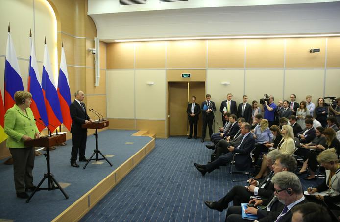 De Russische president Vladimir Poetin (r) en de Duitse bondskanselier Angela Merkel tijdens een gezamenlijke persconferentie.