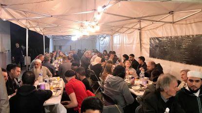 Halse moslims in Moskee Arrahman braken vasten met iftar waar iedereen welkom was