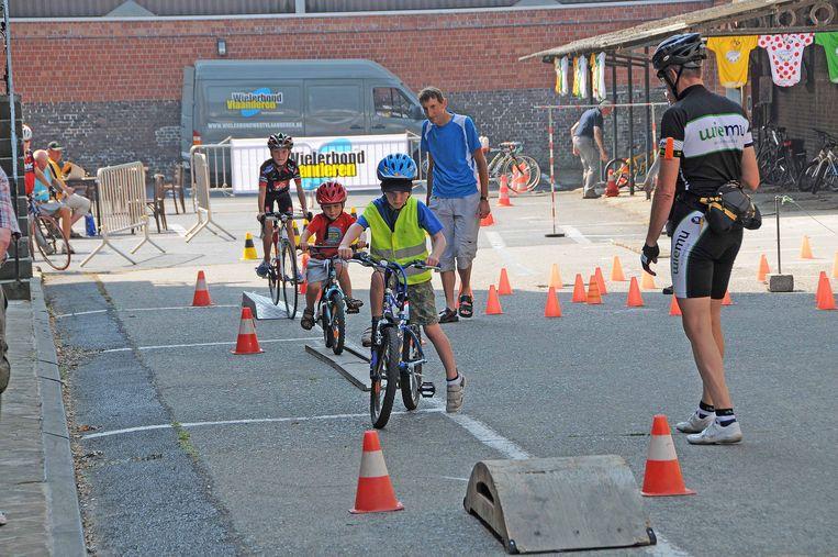 Kinderen kunnen hun eigen criterium fietsen op een behendigheidsparcours.