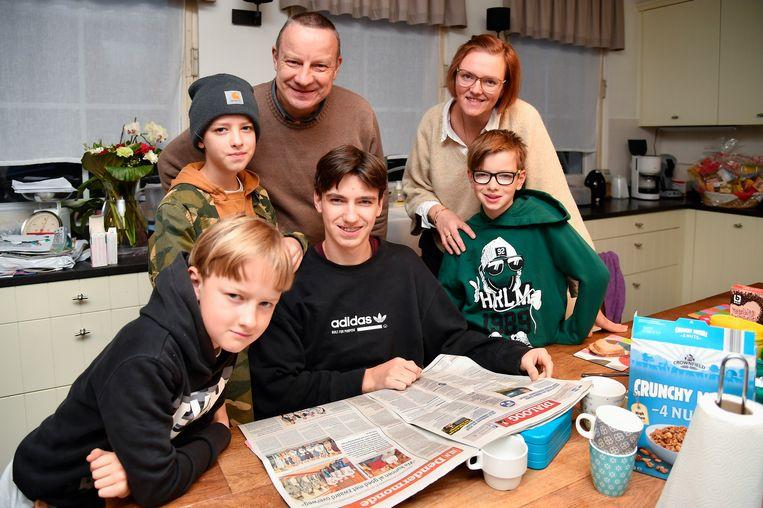 Aan het ontbijt verslond de familie Cassiman eerst het verslag in Het Laatste Nieuws over de aanstelling van de Vier Heemskinderen.