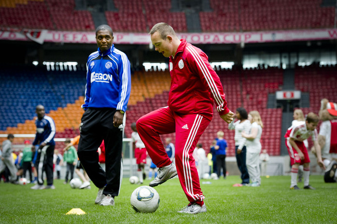 Jeugdtrainer Bryan Roy tijdens de Ajax Foundation Kinderdag. © ANP