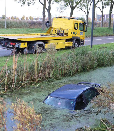 Auto vliegt uit de bocht in Rosmalen, vrouw met nat pak naar huis