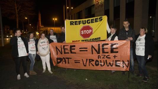 Met t-shirts met duidelijk opschrift, een vlag en een spandoek protesteerde een groep van zo'n twintig demonstranten maandag tegen de komst van een vluchtelingenopvang in Spijkenisse.