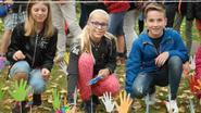 Zesdeklassers planten handjes met boodschap tegen armoede