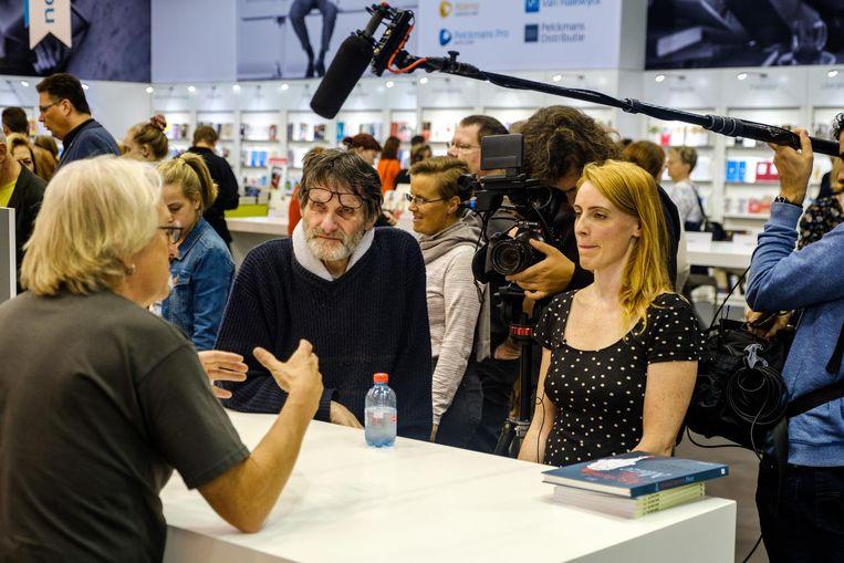 Robbe en zijn assistente Joke interviewen cartoonist Marec op de Boekenbeurs in november.