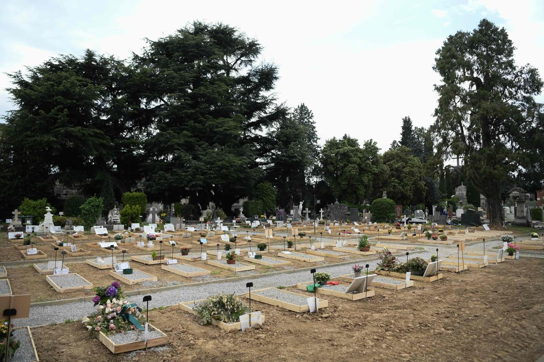 Een begraafplaats in Bergamo, met verse graven.