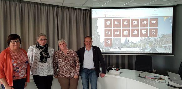 Diensthoofd dienst leven Bernadette Cappoen,  webmaster  Marleen Neyrinck,  Cathérine Lamaire van dienst Communicatie  en schepen Dimitry Soenen.