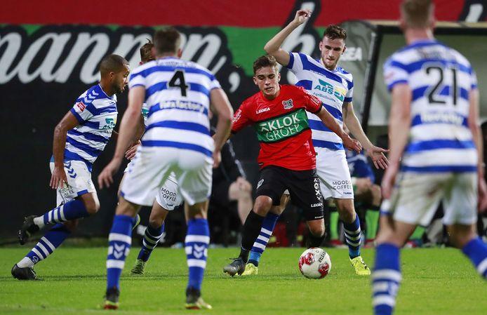 NEC'er Bart van Rooij wordt omcirkeld door meerdere spelers van De Graafschap in het duel van afgelopen seizoen.