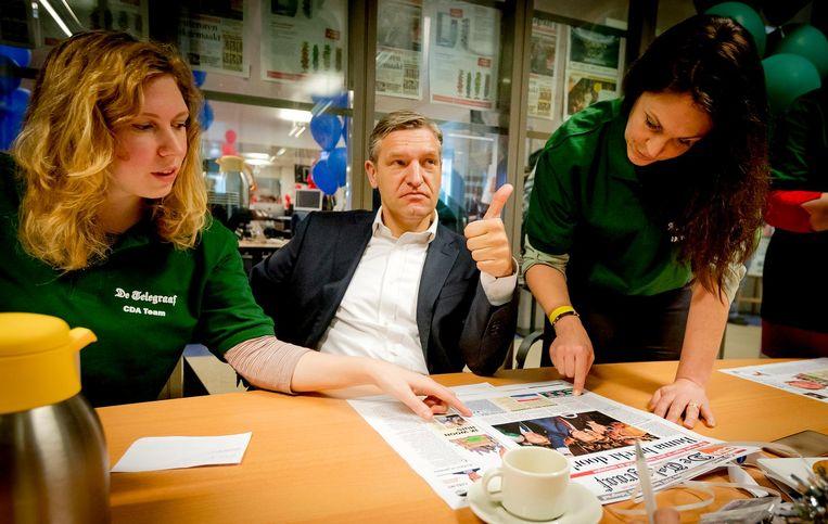 Sybrand van Haersma Buma (CDA) tijdens het maken van de verkiezingskrant bij De Telegraaf. Beeld anp