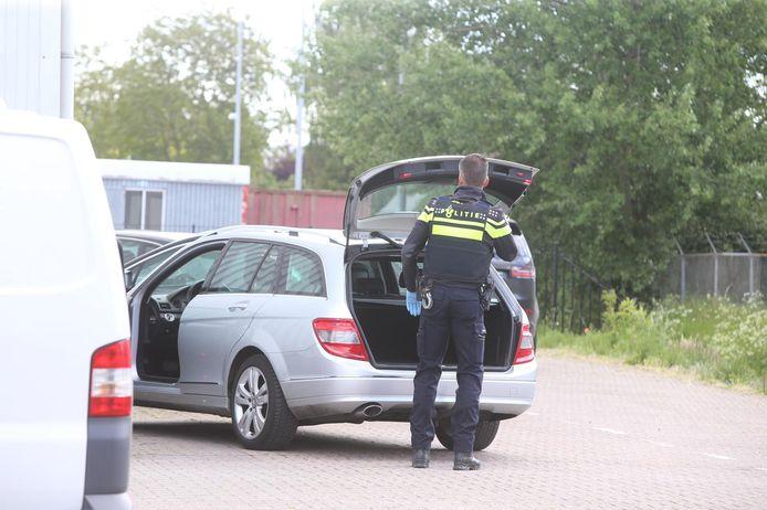 Ook een pand aan de Industriestraat in Kerkdriel wordt doorzocht.