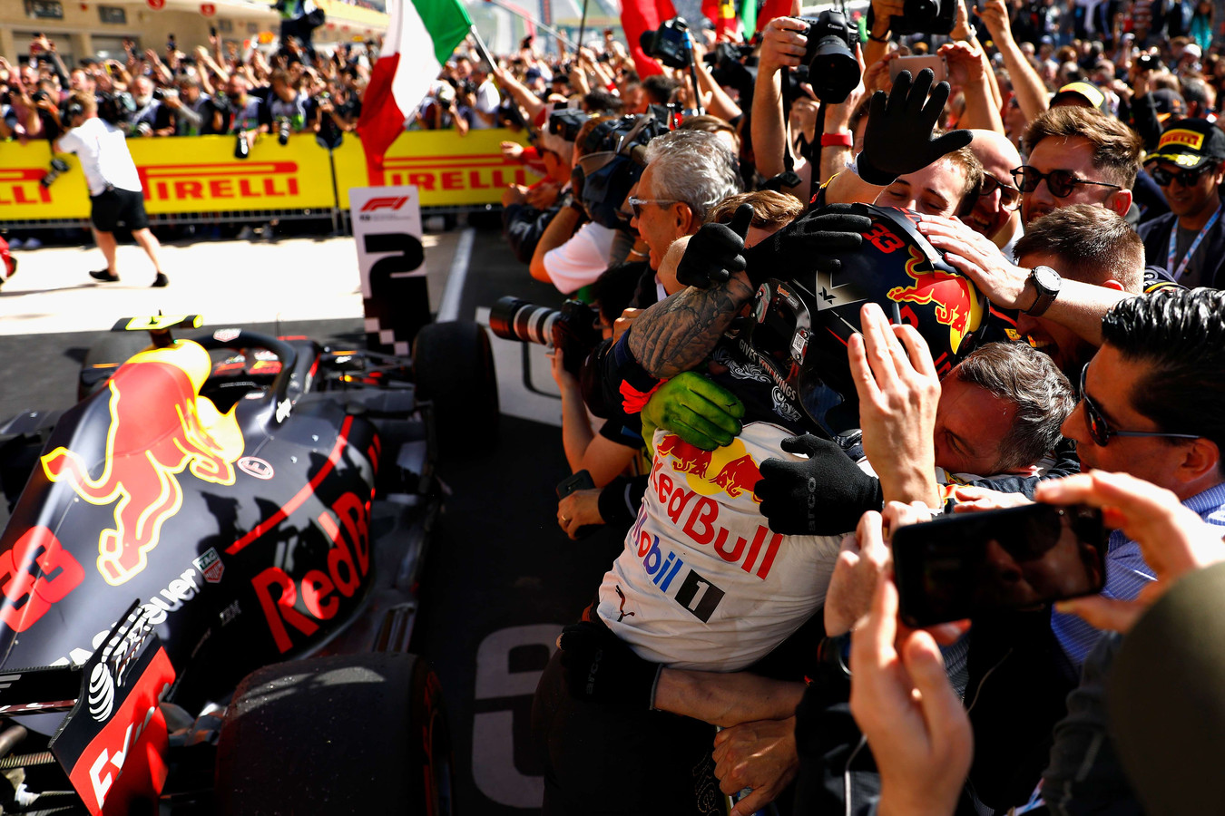 Max Verstappen springt zijn monteurs in de armen