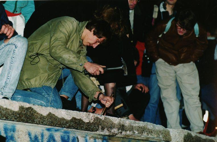 In de nacht van 9 op 10 november 1989 gaan Duitsers zelf met hamer en houweel aan de slag om de Muur af te breken.