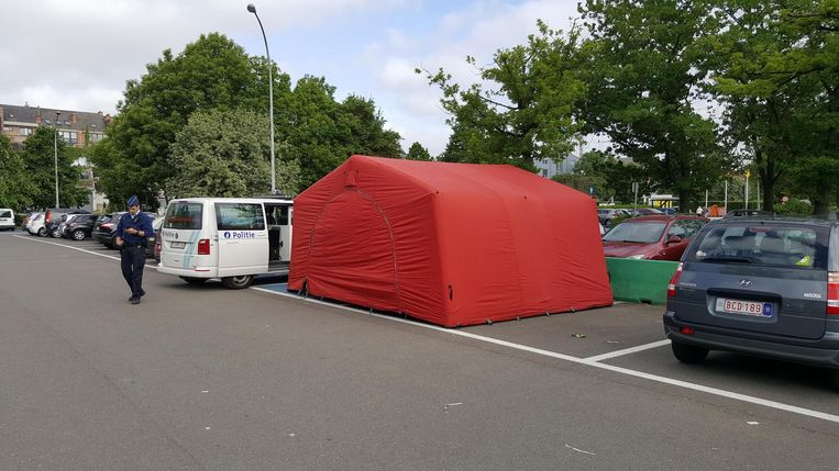 Er werd een tent geplaatst over de overleden man.