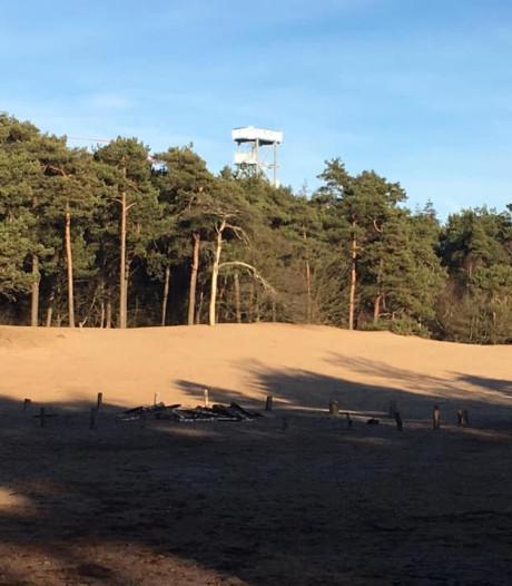 Uitkijktoren Herperduin torent hoog boven de bomen uit