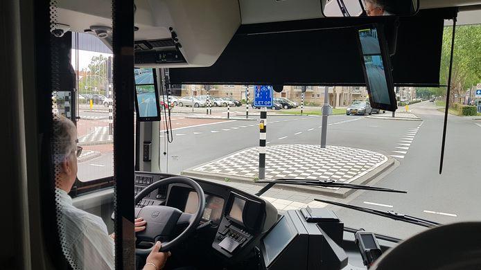 In de nieuwe Arriva-bussen kan de chauffeur op beeldschermen links en rechts zien wat er achter en naast de bus gebeurt