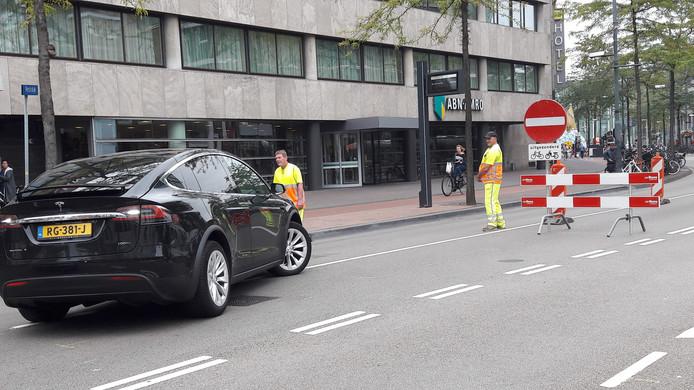 De echte afsluiting van de Vestdijk in Eindhoven staat na de Raiffeisenstraat. Daar rijden veel automobilisten die zo lang mogelijk rechtdoor rijden zich dan ook 'vast'. Daarna draaien ze of rijden de Raiffeisenstraat in.