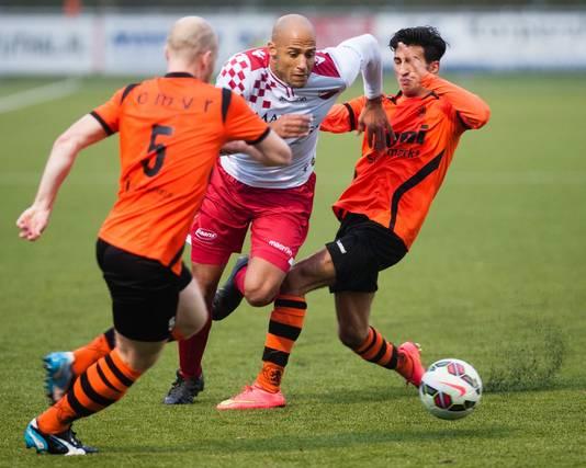 Berry Powel in actie tegen Sparta, waarin de Amersfoorter twee keer scoorde namens Kozakken Boys. De koploper won afgelopen zaterdag met 8-0 in Nijkerk.