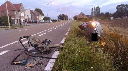 Zware pick-up en personenwagen botsen bij het kruisen: personenwagen komt in gracht terecht