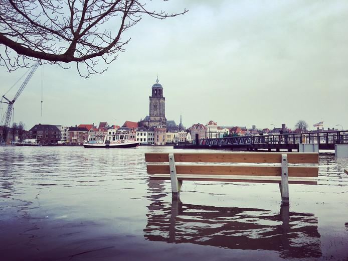 De skyline van Deventer bij hoogwater.