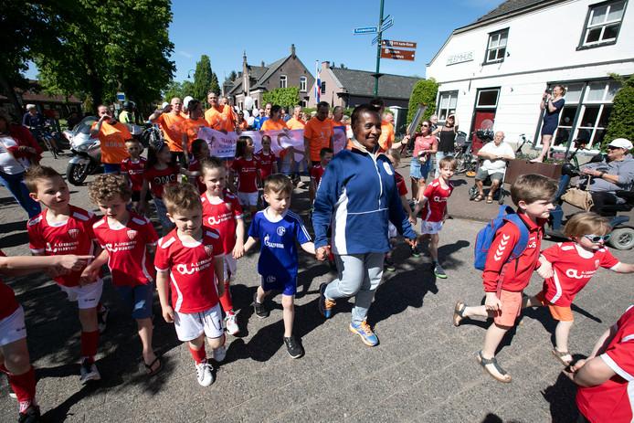 Nelli Cooman en kinderen brengen het bevrijdingsvuur naar Aarle-Rixtel. Foto Kees Martens/fotomeulenhof