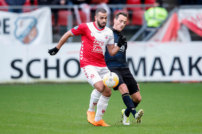 Oussama Tannane van FC Utrecht (links) in duel met Freek Heerkens van Willem II.