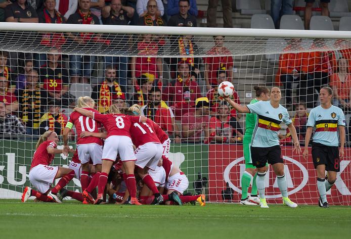 Sanne Troelsgaard heeft de 1-0 gescoord tegen België en de Deense vrouwen vieren feest. Foto: Theo Kock